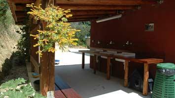 De afwasplek van kleine camping Villa Bussola onder het afdak van het sanitairgebouw