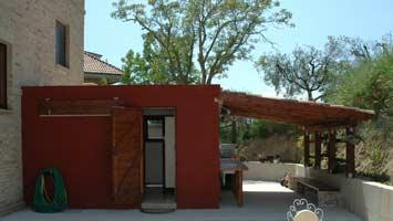 Het sanitairgebouw van de mini camping achter het huis