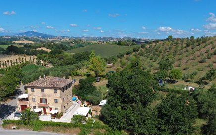 Ruimte, rust, natuur. Vakantieaccommodaties Agriturismo en kleine camping Villa Bussola is een vakantieadres waar u uiterst gastvrij ontvangen wordt in een prachtige, rustige omgeving. Of u nu de voorkeur geeft aan kamperen met de tent, een B&B kamer of een self-catering vakantie appartement wilt huren, het kan allemaal op onze agriturismo in Le Marche, in midden Italië