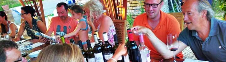 Italiaanse wijnen. Vakantieaccommodaties Agriturismo en kleine camping Villa Bussola is een vakantieadres waar u uiterst gastvrij ontvangen wordt in een prachtige, rustige omgeving. Of u nu de voorkeur geeft aan kamperen met de tent, een B&B kamer of een self-catering vakantie appartement wilt huren, het kan allemaal op onze agriturismo in Le Marche, in midden Italië