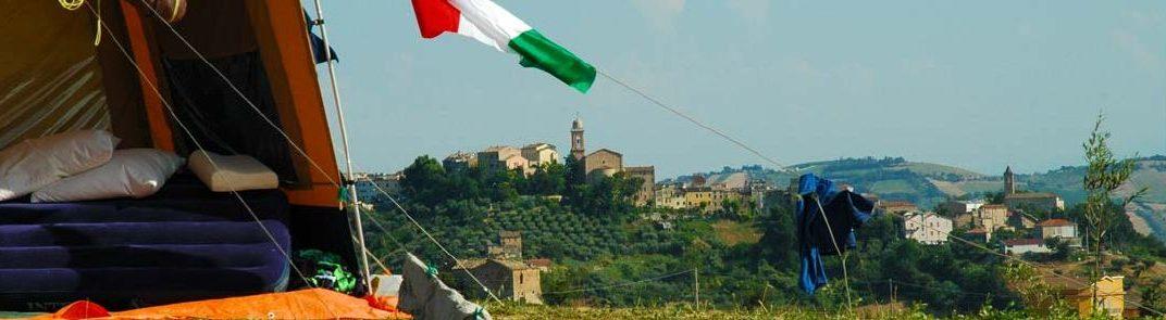 Uitzicht op Monsampolo van de heuvel van Villa Bussola