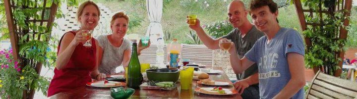 Gezelligheid Kindvriendelijke vakantie accommodatie, agriturismo en kleine tenten camping in Le Marche, Italië. Huur je B&B kamer of je vakantie appartement (self-catering) of kom kamperen met je tent bij Villa Bussola.