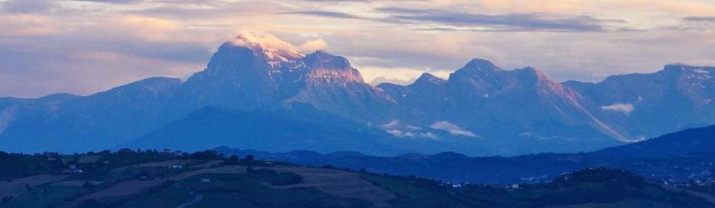 Uitzicht op de Gran Sasso vanaf de kleine camping Villa Bussola in het zuiden van Le Marche