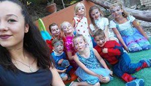 Tieners en kinderen bij minicamping Villa Bussoal