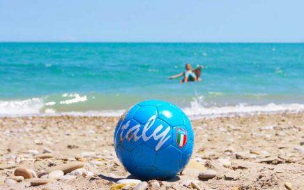 de heerlijke Adriatische zee, de mooie schone zandstranden, Kindvriendelijke vakantie accommodatie, agriturismo en kleine tenten camping in Le Marche, Italië. Huur je B&B kamer of je vakantie appartement (self-catering) of kom kamperen met je tent bij Villa Bussola.